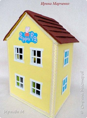 Загородный дом свинки Пеппы. Домик и мебель полностью ручная работа (кроме ванночки и детских игрушек в корзинке). Размер домика 37*27 высота 50см. Мебель выдвигается, светильник светодиодный. фото 2