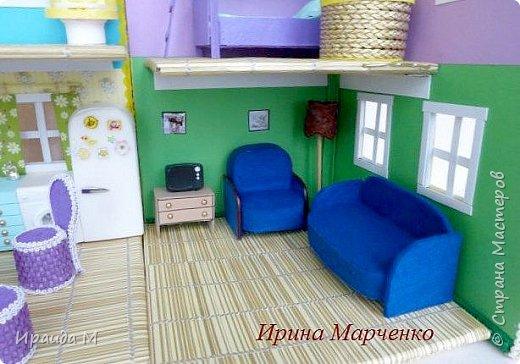 Загородный дом свинки Пеппы. Домик и мебель полностью ручная работа (кроме ванночки и детских игрушек в корзинке). Размер домика 37*27 высота 50см. Мебель выдвигается, светильник светодиодный. фото 5