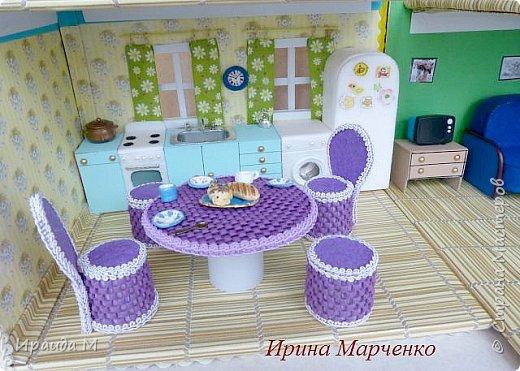 Загородный дом свинки Пеппы. Домик и мебель полностью ручная работа (кроме ванночки и детских игрушек в корзинке). Размер домика 37*27 высота 50см. Мебель выдвигается, светильник светодиодный. фото 6