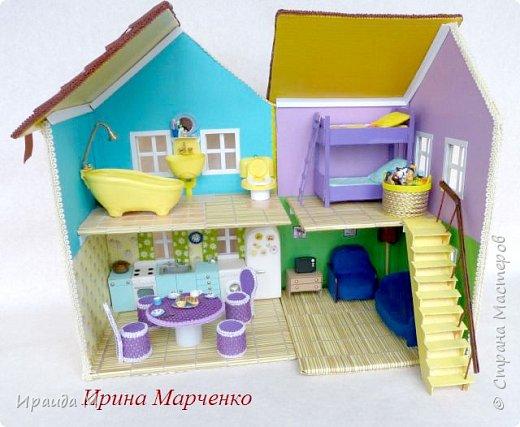 Загородный дом свинки Пеппы. Домик и мебель полностью ручная работа (кроме ванночки и детских игрушек в корзинке). Размер домика 37*27 высота 50см. Мебель выдвигается, светильник светодиодный. фото 3