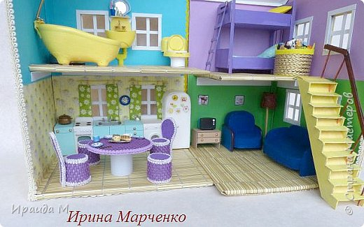 Загородный дом свинки Пеппы. Домик и мебель полностью ручная работа (кроме ванночки и детских игрушек в корзинке). Размер домика 37*27 высота 50см. Мебель выдвигается, светильник светодиодный. фото 7