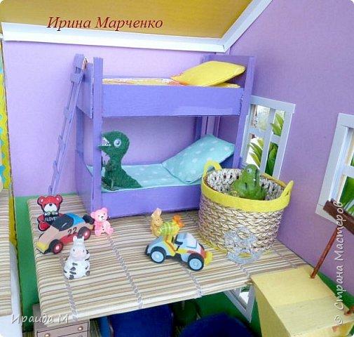 Загородный дом свинки Пеппы. Домик и мебель полностью ручная работа (кроме ванночки и детских игрушек в корзинке). Размер домика 37*27 высота 50см. Мебель выдвигается, светильник светодиодный. фото 10