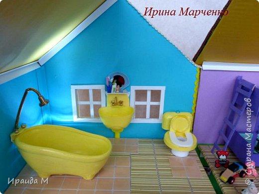 Загородный дом свинки Пеппы. Домик и мебель полностью ручная работа (кроме ванночки и детских игрушек в корзинке). Размер домика 37*27 высота 50см. Мебель выдвигается, светильник светодиодный. фото 9