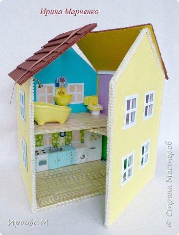 Загородный дом свинки Пеппы. Домик и мебель полностью ручная работа (кроме ванночки и детских игрушек в корзинке). Размер домика 37*27 высота 50см. Мебель выдвигается, светильник светодиодный. фото 1