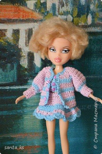 """Здравствуйте мастера и мастерицы! Знакомитесь это наша Сью. Вот решила показать вам небольшую часть ее нарядов. На ней вязанный костюмчик """" Зефирка"""". Кофточка с рукавами фонарик, топик и юбочка. фото 1"""