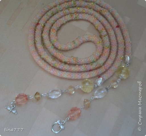 Лариат из прозрачного чешского бисера №10 на меланжевой нити, на висюльках розовый кварц и сколы нефрита. Крючок № 8 фото 4