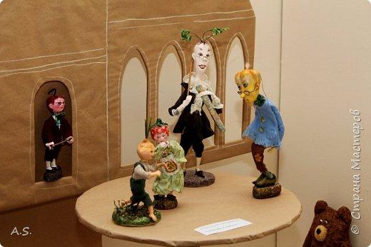 """Сегодня в краеведческом музее нашего города открылась интересная выставка - """"Мульти-пульти"""". На выставке представлены мультперсонажи, изготовленные студией """"Вдохновение"""" (Дом ремёсел). Да и само открытие было очень интересным и творческим: ребята из мультстудии """"Ка-ра-ку-ли"""" презентовали свои мультфильмы, зрители голосовали - выбирали лучший. Интересно смотреть, как на твое творчество реагируют зрители. А потом были всякие викторины и.. съёмки мультфильма. """"Оживляли"""" сахар. Половину съели в процессе съёмок. Каждый мог побывать в роли оператора. А уж сколько восторгов было, когда ребята увидели результат! фото 10"""