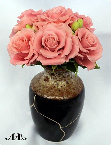 Привет всем. Давно не заходила к вам в гости, поэтому выкладываю сразу несколько своих работ. Сначала - композиция из розовых роз и гиперикума в вазочке. Любимый мною вариант. Слепленный из самоварного холодного фарфора. фото 1
