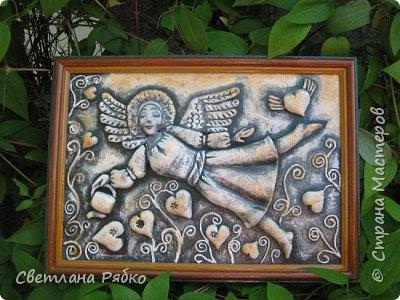 """Ангел  В дверях эдема ангел нежный Главой поникшею сиял, А демон мрачный и мятежный Над адской бездною летал.  Дух отрицанья, дух сомненья На духа чистого взирал И жар невольный умиленья Впервые смутно познавал.  """"Прости,- он рек,- тебя я видел, И ты недаром мне сиял: Не все я в небе ненавидел, Не все я в мире презирал"""".                                                                                                         Александр Пушкин фото 1"""