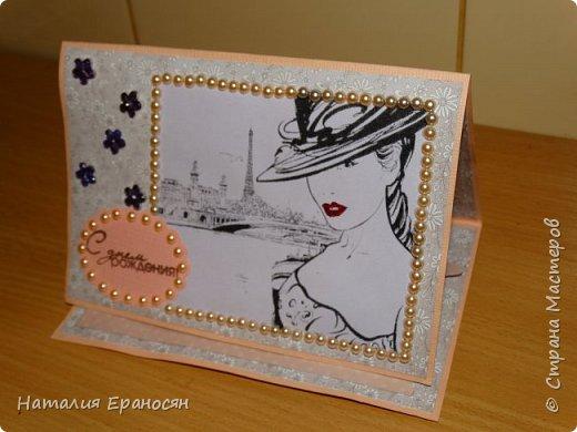 """Вечером невестка попросила сделать открытку для коллеги на день рождения к завтрашнему дню. Делала из того, что оказалось под рукой. Картинку распечатала из интернета. Сделала рамочку из полужемчужин. Поставила штамп """"С днем рождения"""". фото 1"""