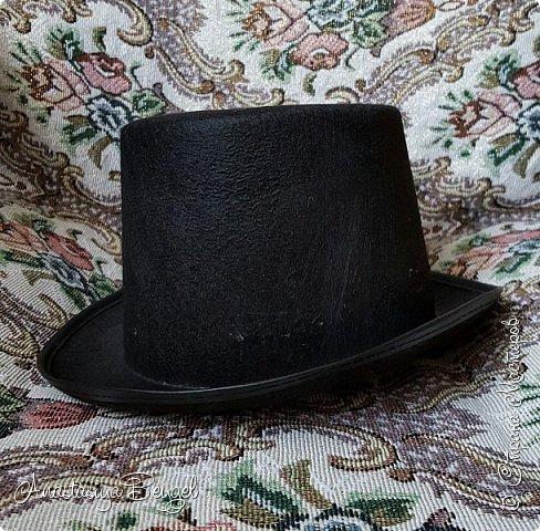"""Наконец-то дошли руки выложить уже давным-давнишнюю шляпу. Уже сколько она у меня живет, а только сейчас нашлось время, что бы рассказать о ней и показать. Стимпанком я увлекаюсь уже довольно давно, влюбилась в этот стиль с первого взгляда и никак не могу разлюбить. При этом постепенно собираю себе Стимпанк-коллекцию. Сначала это были канцелярские безделушки (ножницы, ручка, подставка под канцелярию, лупа); потом перешла на """"технику"""" - оформила себе флешку, компьютерную мышь с ковриком, """"одела"""" в стимпанк старый смартфон. Теперь собираю предметы гардероба :) Причем аксессуаров (гогглы, украшения, респиратор) мне уже мало - хочу предметы одежды ;) Ну а какой же Стимпанк без соответствующего головного убора :) Сначала была мысль попробовать сшить цилиндр самостоятельно. Даже нашлись довольно простые мастер-классы, оставалось только не ошибиться с размером. Но после неудачной попытки не осталось ни времени, ни желания. А потом накануне Хеллоуина в магазине среди карнавальных костюмов увидела эту шляпу. Тогда она, конечно, больше напоминала шляпу фокусника, но это не беда. Главное, что наконец-то появилась нужная основа :) фото 4"""