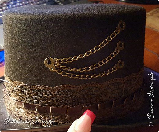 """Наконец-то дошли руки выложить уже давным-давнишнюю шляпу. Уже сколько она у меня живет, а только сейчас нашлось время, что бы рассказать о ней и показать. Стимпанком я увлекаюсь уже довольно давно, влюбилась в этот стиль с первого взгляда и никак не могу разлюбить. При этом постепенно собираю себе Стимпанк-коллекцию. Сначала это были канцелярские безделушки (ножницы, ручка, подставка под канцелярию, лупа); потом перешла на """"технику"""" - оформила себе флешку, компьютерную мышь с ковриком, """"одела"""" в стимпанк старый смартфон. Теперь собираю предметы гардероба :) Причем аксессуаров (гогглы, украшения, респиратор) мне уже мало - хочу предметы одежды ;) Ну а какой же Стимпанк без соответствующего головного убора :) Сначала была мысль попробовать сшить цилиндр самостоятельно. Даже нашлись довольно простые мастер-классы, оставалось только не ошибиться с размером. Но после неудачной попытки не осталось ни времени, ни желания. А потом накануне Хеллоуина в магазине среди карнавальных костюмов увидела эту шляпу. Тогда она, конечно, больше напоминала шляпу фокусника, но это не беда. Главное, что наконец-то появилась нужная основа :) фото 8"""