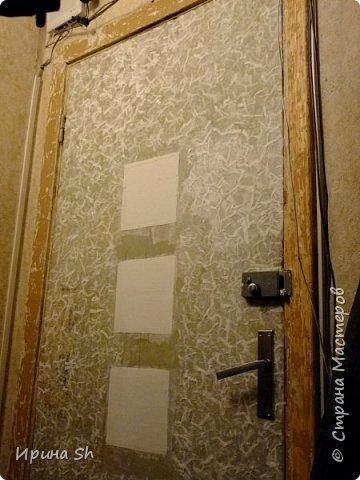 Не хотелось сильно тратиться на внутреннюю входную дверь, но делать с ней надо что-то было, т.к. смотреть на этот ободрышь уже не было сил. И тут мне в голову пришла идея, оклеить ее туалетной бумагой. Опыт такой у меня был: https://stranamasterov.ru/node/490762, правда на очень маленьких поверхностях. А тут замахнулась на большое. фото 3
