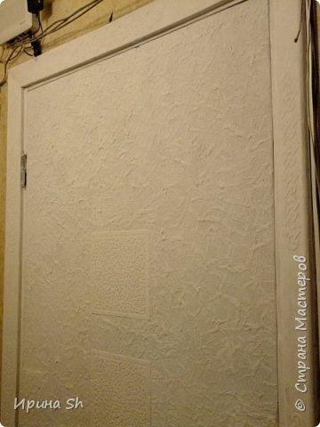 Не хотелось сильно тратиться на внутреннюю входную дверь, но делать с ней надо что-то было, т.к. смотреть на этот ободрышь уже не было сил. И тут мне в голову пришла идея, оклеить ее туалетной бумагой. Опыт такой у меня был: http://stranamasterov.ru/node/490762, правда на очень маленьких поверхностях. А тут замахнулась на большое. фото 5