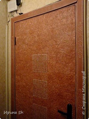 Не хотелось сильно тратиться на внутреннюю входную дверь, но делать с ней надо что-то было, т.к. смотреть на этот ободрышь уже не было сил. И тут мне в голову пришла идея, оклеить ее туалетной бумагой. Опыт такой у меня был: http://stranamasterov.ru/node/490762, правда на очень маленьких поверхностях. А тут замахнулась на большое. фото 9