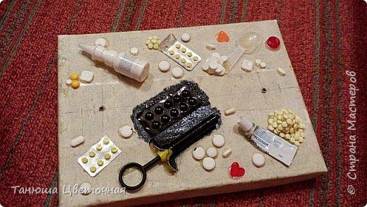 Всем привет! Я решила поэкспериментировать с таблетками,сотворить хлам-декор именно из них,уж больно много просроченных накопилось,а выкинуть как всегда жалко))) Такой коробочки я еще нигде и ни у кого не видела,возможно ошибаюсь!!!!  фото 8