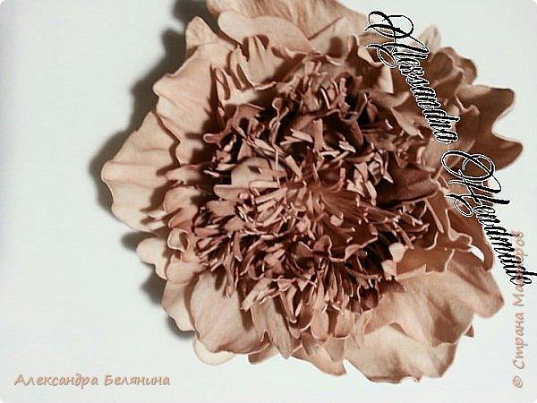 Фантазийный цветочек нежно лимонного цвета с бежевой коемочкой. фото 3