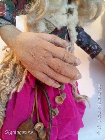 Вообще-то дело сначала было так... Моя мама говорит, что у женщины есть три возраста - колдунья, ведьма и баба яга. А я вот думаю - а может быть баба Яга в душе колдуньей? Как она тогда будет выглядеть?  Вот опушка. На опушке избушка. В избушке старушка. Бульбочками кипящей воды поет уютную песенку котел. Сединой пара разбавляется тянучая темень углов. Хлопочет Баба Яга у котла и мило улыбается. Много всего она знает. Умная бабушка. И все органы осязания у нее еще очень даже рабочие. Знает она, что в ее сторону булькает водяной. Хороший слух у бабушки. Знает, когда пролетающий над ее избушкой Горыныч нечаянно пометил ее опушку. Хорошее обаняние у бабушки. Знает, что Кощеева игла смотрит в сторону Василисы. Хорошее зрение у бабушки. Котел-то уютную песенку поет и улыбается-то бабушка мило да готовит она то самое блюдо, которое подают только холодным. А темной ночью напильником на своих сотоварищей зуб точит. Потому как память у нее отменная.  Несет ветер аромат варева по лесу и дрожь водяного возмущает тихую гладь болота. Поднимается струйка дыма от котла. Щекочет все шесть ноздрей Горыныча. И он в два раза реже дышит, пролетая над Ягушиной опушкой. Разносится лязг напильника и кощеево яйцо от страха кукожится над своей иголочкой... Ой. Да такое коварство и умение держать всех в страхе с пеленок взращивается. Нет. Эта еще колдуньей уже была Бабой Ягой.  Это Баба Яга самая обыкновенная! А которая в душе колдунья, должна быть необычной! фото 4