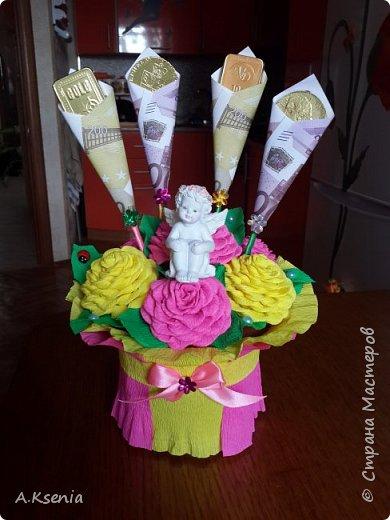 Вот такая оригинальная корзина у меня получилась. Здесь есть бутылочки,  шоколадки в виде слитков и карт, и денежные розы. (Названия бутылочек залеплены по просьбе модераторов). фото 2