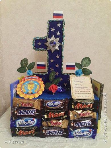 Вот такая оригинальная корзина у меня получилась. Здесь есть бутылочки,  шоколадки в виде слитков и карт, и денежные розы. (Названия бутылочек залеплены по просьбе модераторов). фото 4