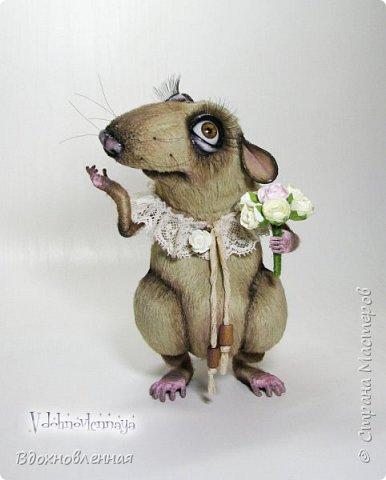 """Внезапно, Софочку посетила гениальная мысль: """"А не пора ли мне кого-то осчастливить?! Ведь хороша, с какой стороны не посмотреть... И таки да! В августе будет свадьба! Букет уже есть, осталось дело за малым - найти жениха и... подарить ему себя!  Крыса Софочка пошита из вискозы. Голова крепится шплинтом. Лапки и хвост - на проволочном каркасе. Уши, веки и нос сделаны из натуральной кожи. Тонировка сделана акриловыми красками. Высота Софочки - 14.5 см. Глаза очень красивые, выразительные, с живым взглядом! фото 1"""