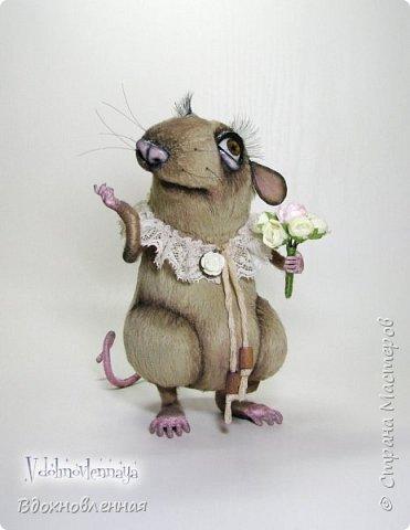 """Внезапно, Софочку посетила гениальная мысль: """"А не пора ли мне кого-то осчастливить?! Ведь хороша, с какой стороны не посмотреть... И таки да! В августе будет свадьба! Букет уже есть, осталось дело за малым - найти жениха и... подарить ему себя!  Крыса Софочка пошита из вискозы. Голова крепится шплинтом. Лапки и хвост - на проволочном каркасе. Уши, веки и нос сделаны из натуральной кожи. Тонировка сделана акриловыми красками. Высота Софочки - 14.5 см. Глаза очень красивые, выразительные, с живым взглядом! фото 2"""