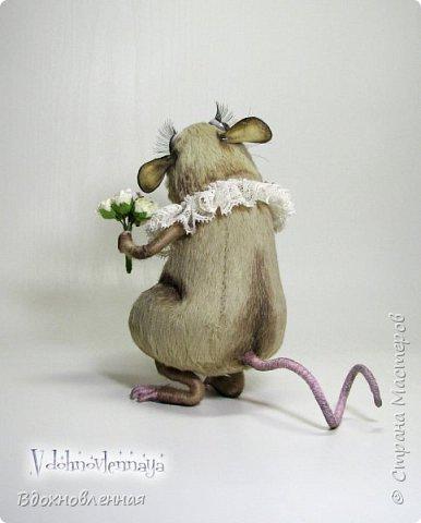 """Внезапно, Софочку посетила гениальная мысль: """"А не пора ли мне кого-то осчастливить?! Ведь хороша, с какой стороны не посмотреть... И таки да! В августе будет свадьба! Букет уже есть, осталось дело за малым - найти жениха и... подарить ему себя!  Крыса Софочка пошита из вискозы. Голова крепится шплинтом. Лапки и хвост - на проволочном каркасе. Уши, веки и нос сделаны из натуральной кожи. Тонировка сделана акриловыми красками. Высота Софочки - 14.5 см. Глаза очень красивые, выразительные, с живым взглядом! фото 4"""