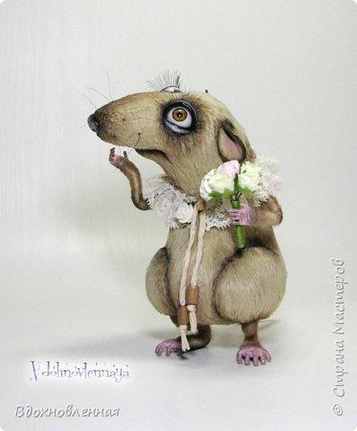 """Внезапно, Софочку посетила гениальная мысль: """"А не пора ли мне кого-то осчастливить?! Ведь хороша, с какой стороны не посмотреть... И таки да! В августе будет свадьба! Букет уже есть, осталось дело за малым - найти жениха и... подарить ему себя!  Крыса Софочка пошита из вискозы. Голова крепится шплинтом. Лапки и хвост - на проволочном каркасе. Уши, веки и нос сделаны из натуральной кожи. Тонировка сделана акриловыми красками. Высота Софочки - 14.5 см. Глаза очень красивые, выразительные, с живым взглядом! фото 6"""