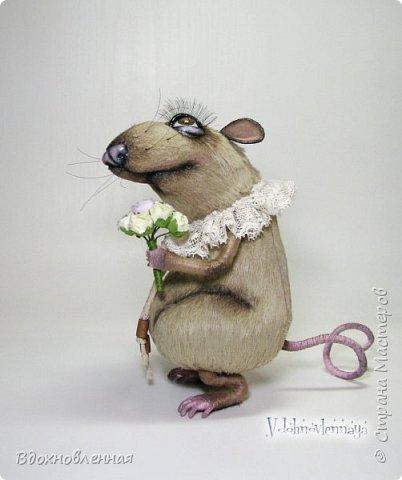 """Внезапно, Софочку посетила гениальная мысль: """"А не пора ли мне кого-то осчастливить?! Ведь хороша, с какой стороны не посмотреть... И таки да! В августе будет свадьба! Букет уже есть, осталось дело за малым - найти жениха и... подарить ему себя!  Крыса Софочка пошита из вискозы. Голова крепится шплинтом. Лапки и хвост - на проволочном каркасе. Уши, веки и нос сделаны из натуральной кожи. Тонировка сделана акриловыми красками. Высота Софочки - 14.5 см. Глаза очень красивые, выразительные, с живым взглядом! фото 7"""