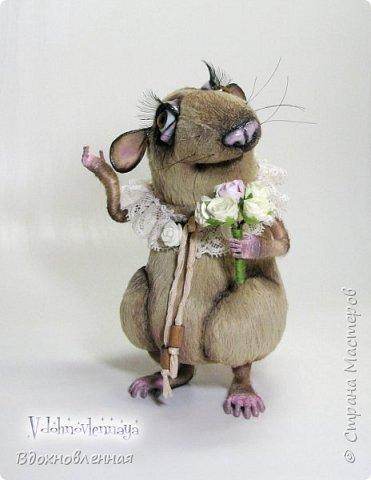 """Внезапно, Софочку посетила гениальная мысль: """"А не пора ли мне кого-то осчастливить?! Ведь хороша, с какой стороны не посмотреть... И таки да! В августе будет свадьба! Букет уже есть, осталось дело за малым - найти жениха и... подарить ему себя!  Крыса Софочка пошита из вискозы. Голова крепится шплинтом. Лапки и хвост - на проволочном каркасе. Уши, веки и нос сделаны из натуральной кожи. Тонировка сделана акриловыми красками. Высота Софочки - 14.5 см. Глаза очень красивые, выразительные, с живым взглядом! фото 8"""