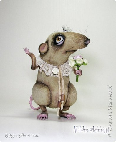 """Внезапно, Софочку посетила гениальная мысль: """"А не пора ли мне кого-то осчастливить?! Ведь хороша, с какой стороны не посмотреть... И таки да! В августе будет свадьба! Букет уже есть, осталось дело за малым - найти жениха и... подарить ему себя!  Крыса Софочка пошита из вискозы. Голова крепится шплинтом. Лапки и хвост - на проволочном каркасе. Уши, веки и нос сделаны из натуральной кожи. Тонировка сделана акриловыми красками. Высота Софочки - 14.5 см. Глаза очень красивые, выразительные, с живым взглядом! фото 9"""