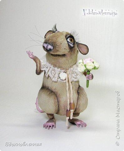 """Внезапно, Софочку посетила гениальная мысль: """"А не пора ли мне кого-то осчастливить?! Ведь хороша, с какой стороны не посмотреть... И таки да! В августе будет свадьба! Букет уже есть, осталось дело за малым - найти жениха и... подарить ему себя!  Крыса Софочка пошита из вискозы. Голова крепится шплинтом. Лапки и хвост - на проволочном каркасе. Уши, веки и нос сделаны из натуральной кожи. Тонировка сделана акриловыми красками. Высота Софочки - 14.5 см. Глаза очень красивые, выразительные, с живым взглядом! фото 10"""