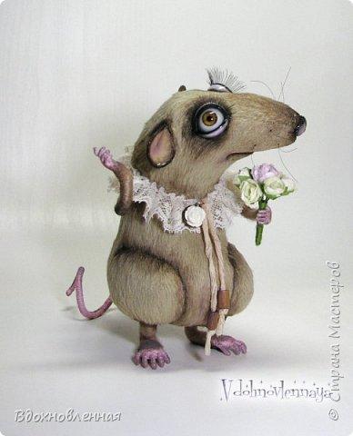 """Внезапно, Софочку посетила гениальная мысль: """"А не пора ли мне кого-то осчастливить?! Ведь хороша, с какой стороны не посмотреть... И таки да! В августе будет свадьба! Букет уже есть, осталось дело за малым - найти жениха и... подарить ему себя!  Крыса Софочка пошита из вискозы. Голова крепится шплинтом. Лапки и хвост - на проволочном каркасе. Уши, веки и нос сделаны из натуральной кожи. Тонировка сделана акриловыми красками. Высота Софочки - 14.5 см. Глаза очень красивые, выразительные, с живым взглядом! фото 11"""
