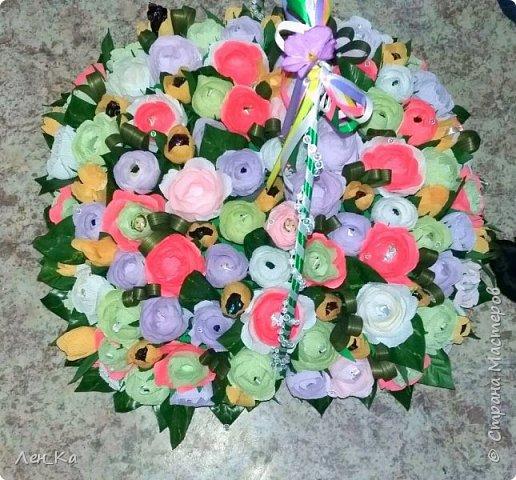 Как же приятно получить столько цветов да еще и со съедобным сюрпризом!  Вот такая корзина получилась размером 50*50см, 113 конфет! Конфетки: Марисанка, Аленка, Raffaello и др. Тюльпаны и розы крутила целую неделю. фото 2