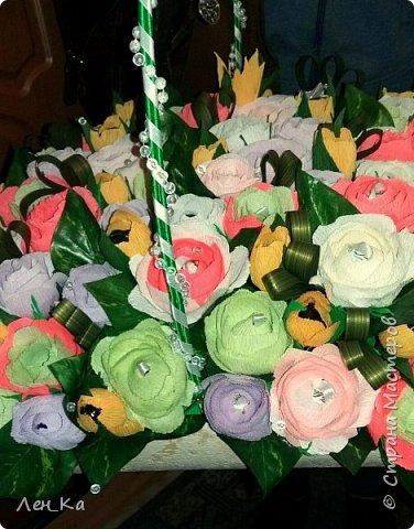 Как же приятно получить столько цветов да еще и со съедобным сюрпризом!  Вот такая корзина получилась размером 50*50см, 113 конфет! Конфетки: Марисанка, Аленка, Raffaello и др. Тюльпаны и розы крутила целую неделю. фото 3