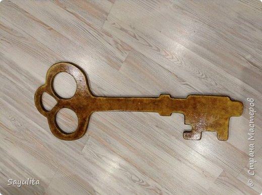 Ключ который передаёт 11 класс десятому на хранение. Реальный цвет не получается сфотографировать.  фото 2