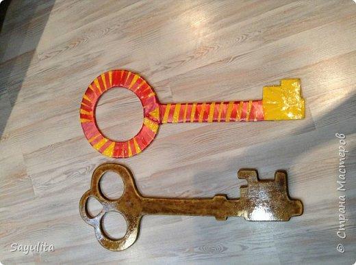 Ключ который передаёт 11 класс десятому на хранение. Реальный цвет не получается сфотографировать.  фото 4