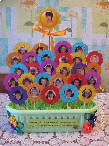 Очень хотелось сделать нашему классному руководителю подарок. С 5 по 9 класс она видела, как они растут, но мне захотелось показать их маленькими, маленькие детки - это особенно умильно, поэтому выбор пал на 1 и 2 классы.  фото 1