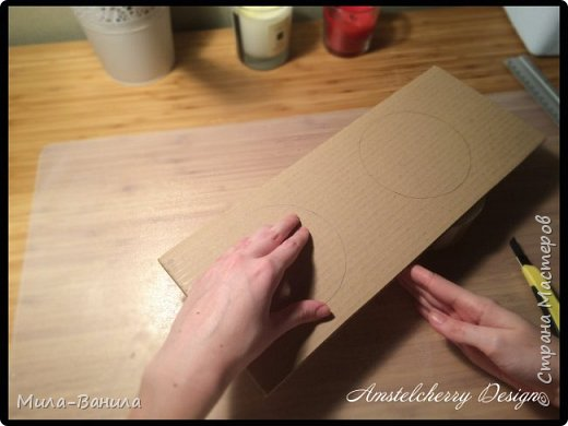"""Сегодня буду описывать второй способ изготовления донышка, для заготовки из папье-маше. Он проще и быстрее, поэтому, в основном, я его и применяю. Единственный минус это наличие самого материала, я знаю, что не у всех он бывает в свободном доступе. Я занимаюсь поделками из картона регулярно, поэтому специально заказываю хороший толстый картон. В теории, можно использовать гофрокартон любой толщины, просто делать несколько слоев, например, склеивать их на жидкие гвозди, т.к. они не размачивают бумагу.  В своих работах я использую картон, толщиной 7 мм.  Основание для шкатулки http://stranamasterov.ru/node/1020158 Крышка для шкатулки http://stranamasterov.ru/node/1021660 Донышко для шкатулки из акварельной бумаги http://stranamasterov.ru/node/1028952 По данной технологии я сделала шкатулку """"Озорной купидон"""", приглашаю посмотреть здесь http://stranamasterov.ru/node/1016178 Итак, приступаем. фото 7"""