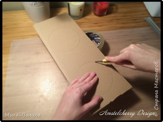 """Сегодня буду описывать второй способ изготовления донышка, для заготовки из папье-маше. Он проще и быстрее, поэтому, в основном, я его и применяю. Единственный минус это наличие самого материала, я знаю, что не у всех он бывает в свободном доступе. Я занимаюсь поделками из картона регулярно, поэтому специально заказываю хороший толстый картон. В теории, можно использовать гофрокартон любой толщины, просто делать несколько слоев, например, склеивать их на жидкие гвозди, т.к. они не размачивают бумагу.  В своих работах я использую картон, толщиной 7 мм.  Основание для шкатулки http://stranamasterov.ru/node/1020158 Крышка для шкатулки http://stranamasterov.ru/node/1021660 Донышко для шкатулки из акварельной бумаги http://stranamasterov.ru/node/1028952 По данной технологии я сделала шкатулку """"Озорной купидон"""", приглашаю посмотреть здесь http://stranamasterov.ru/node/1016178 Итак, приступаем. фото 8"""