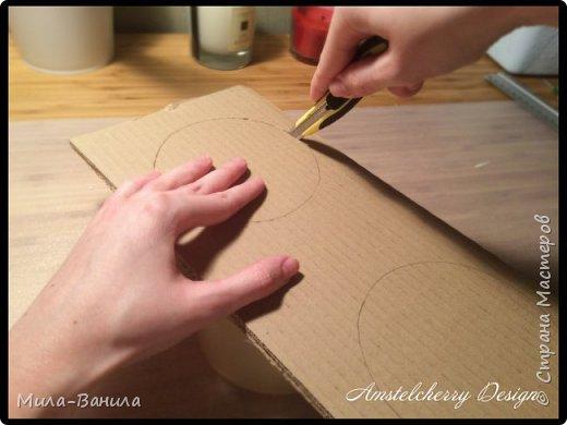 """Сегодня буду описывать второй способ изготовления донышка, для заготовки из папье-маше. Он проще и быстрее, поэтому, в основном, я его и применяю. Единственный минус это наличие самого материала, я знаю, что не у всех он бывает в свободном доступе. Я занимаюсь поделками из картона регулярно, поэтому специально заказываю хороший толстый картон. В теории, можно использовать гофрокартон любой толщины, просто делать несколько слоев, например, склеивать их на жидкие гвозди, т.к. они не размачивают бумагу.  В своих работах я использую картон, толщиной 7 мм.  Основание для шкатулки http://stranamasterov.ru/node/1020158 Крышка для шкатулки http://stranamasterov.ru/node/1021660 Донышко для шкатулки из акварельной бумаги http://stranamasterov.ru/node/1028952 По данной технологии я сделала шкатулку """"Озорной купидон"""", приглашаю посмотреть здесь http://stranamasterov.ru/node/1016178 Итак, приступаем. фото 9"""