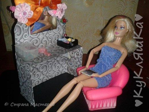 Всем привет! Мы снова к вам вернулись с Кэтрин! Думаю мы вам понравимся с новыми идеями!) Сегодня мы хотим вам показать нашу обновочку(она на фото) и мини историю, которая сочинила моя маленькая сестрёнка! в воскресенье я сделала вот такой вот туалетный столик для Кэтрин! Мне он очень нравится. Это не одна наша обновка, они будут в следующем блоге!  фото 18