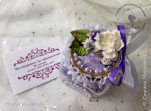 Крышка банки радости и счастья украшена лентами и искусственными цветами фото 3