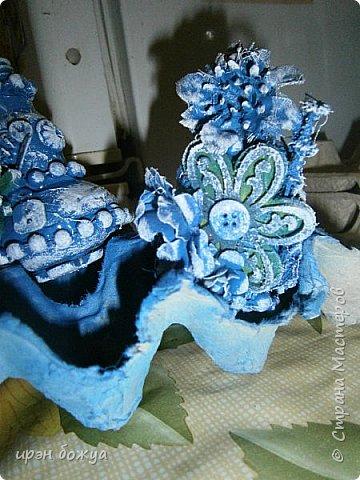 В продолжение моих игрушек-шаров (см. тут http://stranamasterov.ru/node/992523 ) делаю игрушки на Новый 2017 год из лампочек для своих сотрудниц (16 чел.) и хороших людей. Использовала различный материал: крышка от духов с колечком, бусы на елку, цветочки из бумаги фетра и лент, искусственные цветы, ракушки,пуговицы в общем всё,что есть под рукой скомпоновала, выкрасила синей краской из баллончика и оттенила белой акриловой краской и чуть золотой. останется только приклеить ленты-подвесы. фото 5