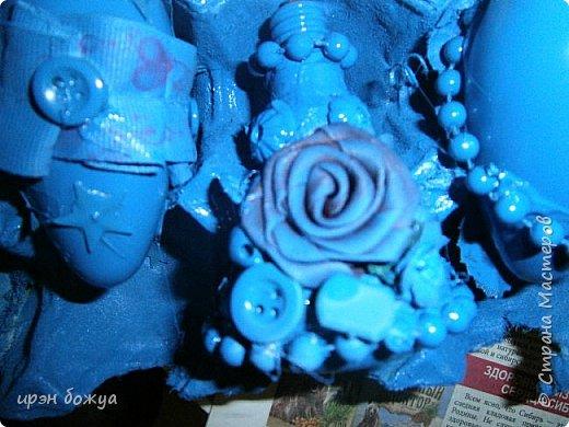 В продолжение моих игрушек-шаров (см. тут http://stranamasterov.ru/node/992523 ) делаю игрушки на Новый 2017 год из лампочек для своих сотрудниц (16 чел.) и хороших людей. Использовала различный материал: крышка от духов с колечком, бусы на елку, цветочки из бумаги фетра и лент, искусственные цветы, ракушки,пуговицы в общем всё,что есть под рукой скомпоновала, выкрасила синей краской из баллончика и оттенила белой акриловой краской и чуть золотой. останется только приклеить ленты-подвесы. фото 7