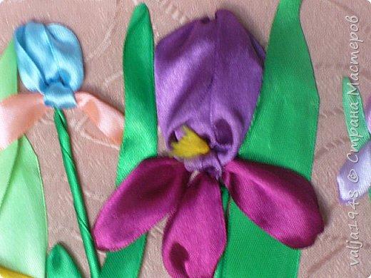 Здравствуйте дорогие жители Страны Мастеров. Я к вам с очередной небольшой вышивкой. Эти ирисы были подарены сватье на День рождения.Ленты атласные-25мм и 12 мм. Земля- чайная заварка. фото 5