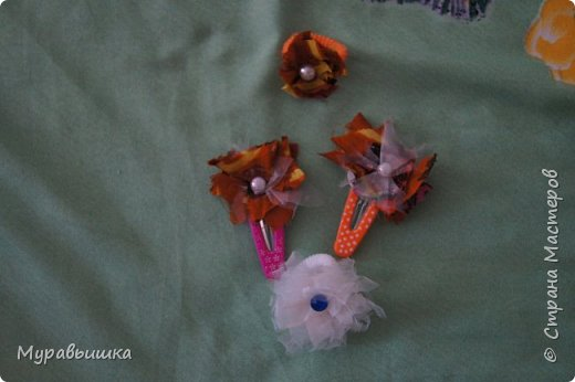 Хочу поучаствовать в конфетке http://stranamasterov.ru/node/1020991?c=favorite Сделала я цветочки по МК КсюИв http://stranamasterov.ru/user/81108 Это резинка для волос фото 2