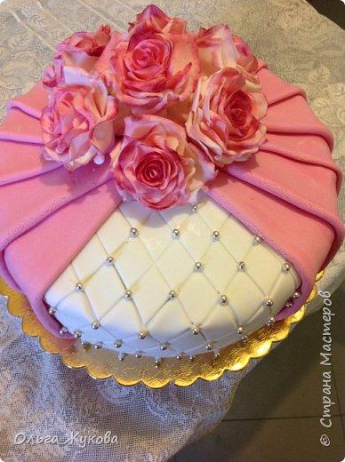 Всем доброго времени суток! Хочу показать новый торт. И снова цветочная тема! Теперь Розы на день рождения! Ну люблю я лепить цветы... А так много  я ещё не делала!!! фото 1