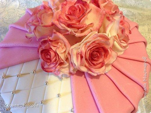 Всем доброго времени суток! Хочу показать новый торт. И снова цветочная тема! Теперь Розы на день рождения! Ну люблю я лепить цветы... А так много  я ещё не делала!!! фото 2