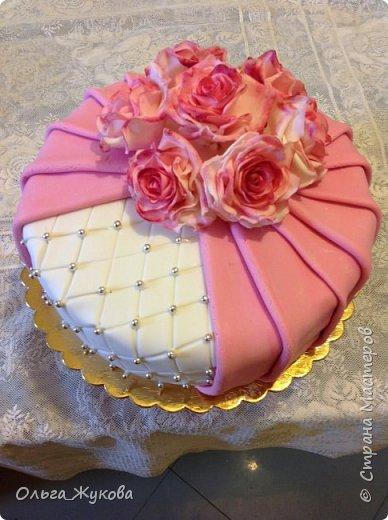 Всем доброго времени суток! Хочу показать новый торт. И снова цветочная тема! Теперь Розы на день рождения! Ну люблю я лепить цветы... А так много  я ещё не делала!!! фото 5